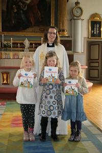 Linda Muhr med Stella Sander, Stella Johansson och Natalie Nilsson, som stolta visar upp sin gåva.